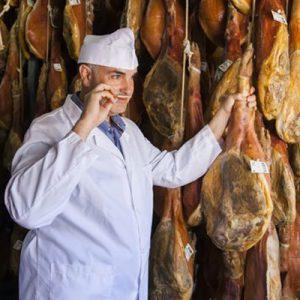 Luis Vallejo inspeccionando los jamones de los secaderos de Trevélez premiados como el mejor jamón de España en 2018