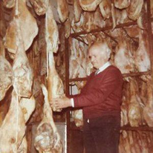 Don Manuel Vallejo en una fotografía antigua en los secadores de Trevélez, donde se elabora el mejor jamón de España en 2018