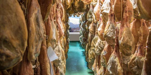 Jamones del secadero de Vallejo en Trevélez donde está el mejor jamón de España en la modalidad de Jamón Serrano