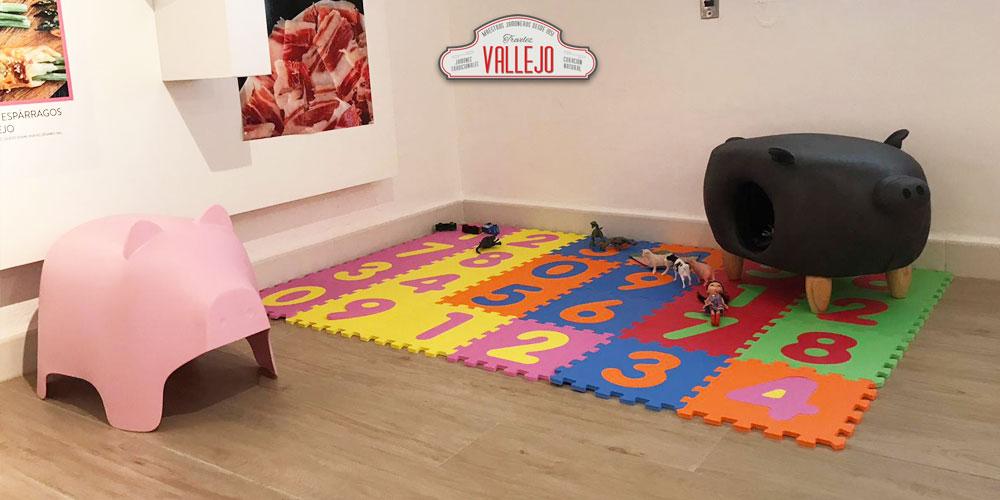La zona recreativa con actividades para niños en el Museo del Jamón en la Alpujarra granadina de Vallejo