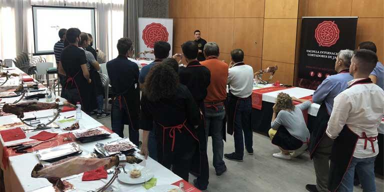 En la foto se aprecia un conjunto de profesionales del corte de jamòn en la celebración del aniversario de la EICJ donde se imparte el exclusivo curso de cortador de jamón
