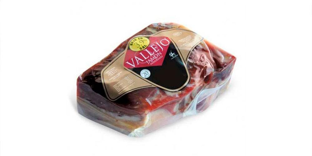La imagen muestra un jamón deshuesado y envasado al vacío